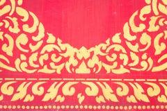 Abstract gouden patroon op rode muur Royalty-vrije Stock Afbeelding