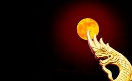 Abstract gouden serpenthoofd binnen in het maanlicht Stock Afbeelding