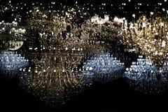 Abstract het glanzen licht met kroonluchterkristal in donkere nacht Stock Foto