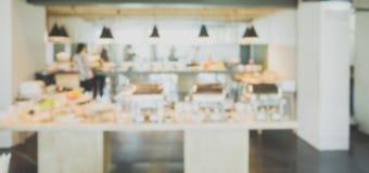 Abstract het restaurantbinnenland van de onduidelijk beeld mooi luxe in hoteltoevlucht - Uitstekende Lichte Filter royalty-vrije stock foto