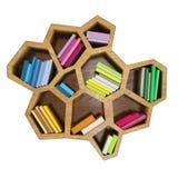 Abstract hexagonaal die plankenhoogtepunt van multicolored boeken, op witte achtergrond wordt geïsoleerd Stock Foto