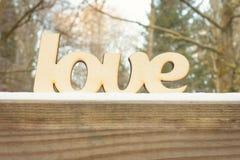 Abstract houten liefdeteken op houten textuur Het concept van de winter Stock Foto