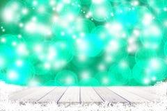 Abstract houten tafelblad met sneeuw en bokeh lichte achtergrond Stock Afbeeldingen