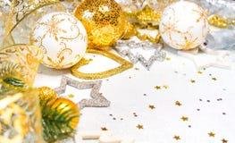 abstract Kerstmisdecor in gouden en witte holen met Kerstmisspeelgoed Royalty-vrije Stock Afbeelding