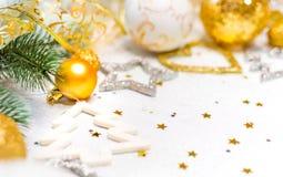 abstract Kerstmisdecor in gouden en witte holen met Kerstmisspeelgoed Stock Foto