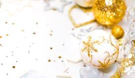 abstract Kerstmisdecor in gouden en witte holen met Kerstmisspeelgoed Stock Foto's