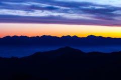 Abstract kleurrijk ochtend heuvelig landschap Royalty-vrije Stock Afbeelding