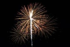 Abstract Kleurrijk vuurwerk met diverse kleuren op donkere nachtachtergronden Stock Foto