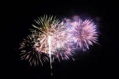 Abstract Kleurrijk vuurwerk met diverse kleuren op donkere nachtachtergronden Royalty-vrije Stock Afbeeldingen