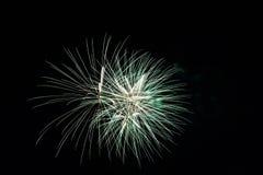 Abstract Kleurrijk vuurwerk met diverse kleuren op donkere nachtachtergronden Royalty-vrije Stock Foto