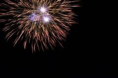 Abstract Kleurrijk vuurwerk met diverse kleuren op donkere nachtachtergronden Stock Afbeeldingen