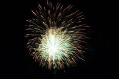 Abstract Kleurrijk vuurwerk met diverse kleuren op donkere nachtachtergronden Royalty-vrije Stock Fotografie