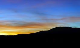 Abstract kleurrijk zonsonderganglandschap met boomsilhouet Royalty-vrije Stock Foto's