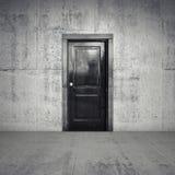 Abstract leeg concreet binnenland met zwarte houten deur Stock Foto