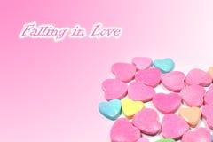 Abstract liefdesuikergoed met tekst die in liefde vallen Stock Foto's