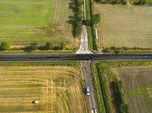 Abstract luchtbeeld van een kruispunt van een landweg met een steeg van het land Stock Foto