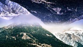 Abstract luchtlandschap van twee sneeuwbergen met het spiegeleffect animatie Surreal bovenkant - onderaan weerspiegelde wereld vector illustratie