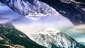 Abstract luchtlandschap van twee sneeuwbergen met het spiegeleffect animatie Surreal bovenkant - onderaan weerspiegelde wereld stock illustratie