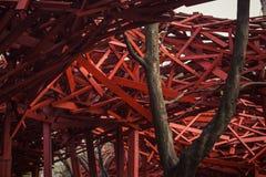Abstract modern houten architectuurfragment Rode ontwerpelementen Stock Afbeeldingen