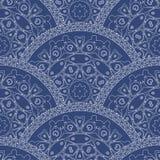 Abstract naadloos golvend patroon van decoratieve etnische ornamenten met donkerblauwe verftextuur Regelmatige ventilator of pauw Stock Afbeelding