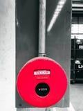 Abstract onduidelijk beeld: rode brand en alarmknoop instrall bij muur in Ind. Stock Foto
