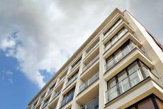 Abstract onduidelijk beeld van modern flatgebouw Stock Foto's