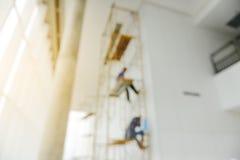 Abstract onduidelijk beeldbeeld van arbeiders die aan steiger werken Stock Fotografie
