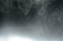 Abstract onduidelijk beeldwater mistig op zwarte achtergrond Royalty-vrije Stock Foto's