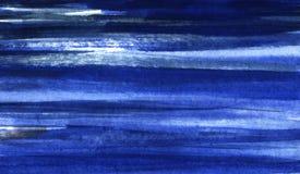 Abstract overzees art. Hand getrokken die waterverfachtergrond in donkerblauwe en blauwe schaduwen wordt gemaakt Gerimpelde (docu royalty-vrije stock fotografie