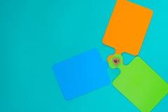 Abstract patroon dat van gekleurde scherpe raad wordt gemaakt Stock Afbeeldingen