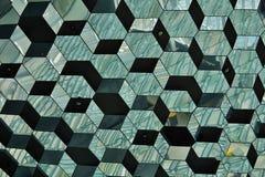 Abstract patroon dat van glasmuur wordt gemaakt met detail in de vormen van donkere en heldere hexagonale cellen Royalty-vrije Stock Afbeeldingen