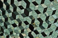 Abstract patroon dat van glasmuur wordt gemaakt met detail in de vormen van donkere en heldere hexagonale cellen Stock Foto