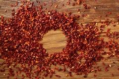 Abstract patroon van droge roodgloeiende koele vlokken op rustieke houten achtergrond, hoogste mening, close-up, macro, selectiev Royalty-vrije Stock Fotografie