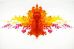 Abstract patroon van druppeltjes van inkt die zich onder water mengen De gekleurde rook fotografeerde terwijl in motie Stroom van stock fotografie