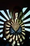 Abstract portret van vrouw in projectorlichten stock fotografie
