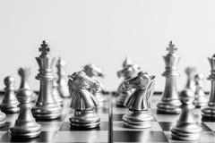 Abstract schaakspel face to face op een schaakbord in zwarte en wh Stock Afbeeldingen