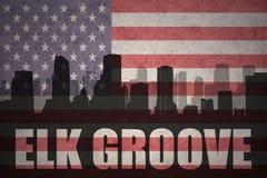 Abstract silhouet van de stad met het Bosje van tekstelanden bij de uitstekende Amerikaanse vlag stock foto