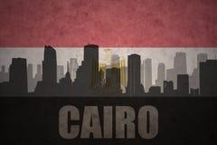 Abstract silhouet van de stad met tekst Kaïro bij de uitstekende Egyptische vlag Royalty-vrije Stock Afbeeldingen