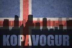 Abstract silhouet van de stad met tekst Kopavogur bij de uitstekende Ijslandse vlag Stock Foto's