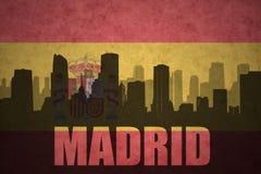 Abstract silhouet van de stad met tekst Madrid bij de Spaanse vlag royalty-vrije stock fotografie