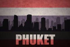 abstract silhouet van de stad met tekst Phuket bij de uitstekende vlag van Thailand royalty-vrije illustratie