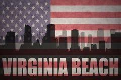 Abstract silhouet van de stad met tekst Virginia Beach bij de uitstekende Amerikaanse vlag Royalty-vrije Stock Afbeeldingen