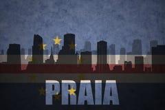 Abstract silhouet van de stad met tekstpraia bij de uitstekende vlag van Kaapverdië Stock Foto's