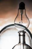 Abstract stilleven van de lege schepen van het laboratoriumglas en lightbulb Royalty-vrije Stock Afbeeldingen