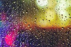 Abstract verkeer in regenende nachtmening van autozetel Achtergrond stock foto