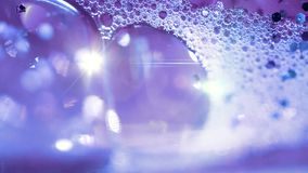 Abstract violet water met bellen en lense gloed stock videobeelden