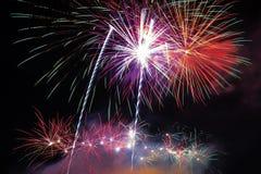 Abstract vuurwerk in de donkere hemel Royalty-vrije Stock Fotografie