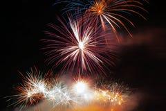 Abstract vuurwerk in de donkere hemel Stock Foto