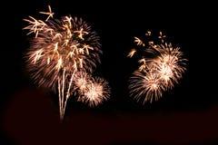 Abstract vuurwerklicht omhoog in de hemel bij nacht Stock Afbeeldingen