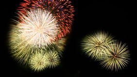 Abstract vuurwerklicht omhoog in de hemel bij nacht Royalty-vrije Stock Foto's
